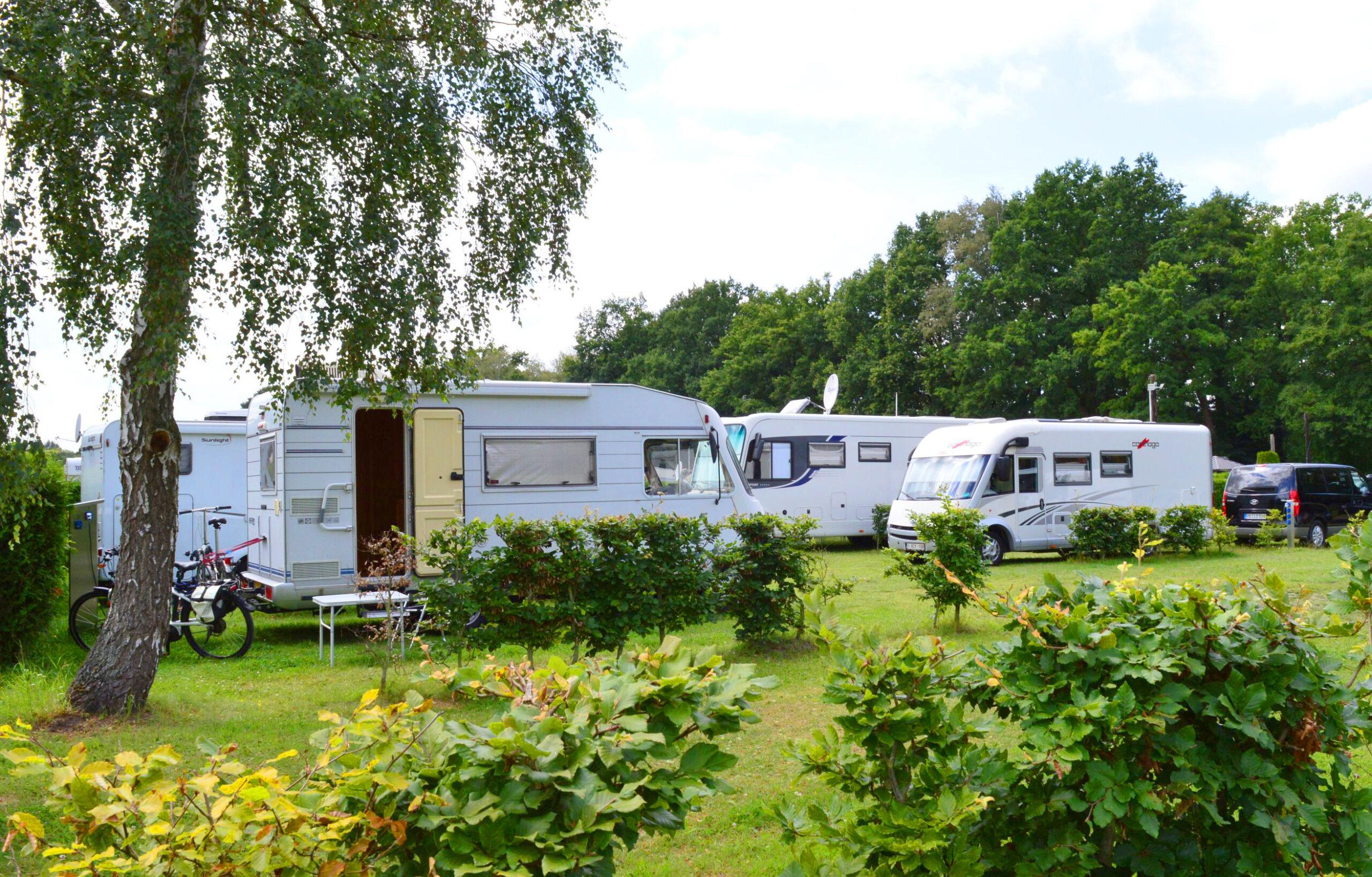 Wohnmobilstellplaetze mit Strom auf dem Campingplatz Apelhof